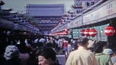 szemcsés : KYOTO, JAPAN -1972: Journey to the popular temple through the crowds.