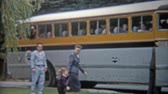 arquivo : 1959: Family entering luxury travel tour bus to travel across America trip. Vídeos