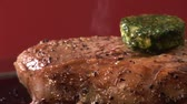 масло : Peppered steak with melting herb butter