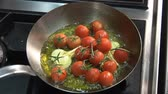 жареный : Frying tomatoes and garlic in oil Стоковые видеозаписи