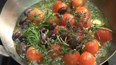azeitonas : Frying tomatoes, garlic, olives and herbs