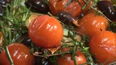 azeitonas : Frying tomatoes, olives and herbs
