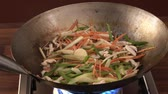 drůbež : Tossing chicken and vegetables in a wok