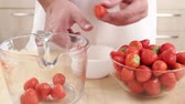 limpeza : Cleaning strawberries