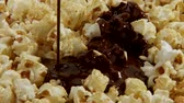lanches : Pouring chocolate sauce over popcorn