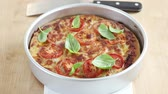 de ervas : A deep dish pizza with basil leaves (Chicage, USA) Vídeos
