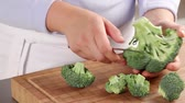 repolho : Dividing broccoli into florets