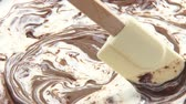 chocolate sauces : Mixing melted white and dark chocolate