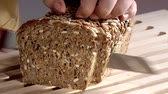 семя : Slicing sunflower seed bread