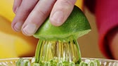 prensado : Squeezing a lime (close-up)