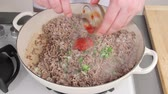 rebuliço : Mixing browned minced meat with tomato puree