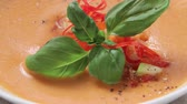 de ervas : Gazpacho garnished with basil and chopped vegetables Vídeos