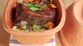 hlavní : Roast beef with vegetables in a terracotta baking dish