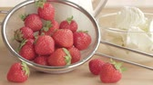owoc : Strawberries being added to a blender