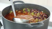 czerwony : A ladle in a pot of chilli con carne