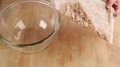 ruce : Biscuit crumbs being placed in a glass bowl Dostupné videozáznamy