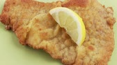 garnitür : Garnishing Wiener Schnitzel with wedges of lemon and parsley