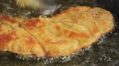 krok : Frying Wiener Schnitzel in a pan
