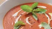 de ervas : Cream of tomato soup with crème fraîche and fresh basil