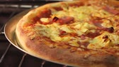 herd : Ein Hawaii Pizza in einem Ofen Stock Footage