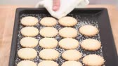 готов к употреблению : Freshly baked sugared biscuits on a baking tray