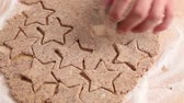 mão humana : Cutting out cinnamon stars