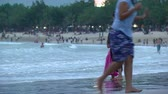 dcera : Wide shot of mother daughter at beach