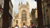 pilíř : Bath Abbey seen from between two pillars in Bath, England.