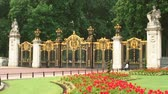 открыть : Gold and black Canada Gate at The Green Park in London, England.
