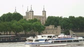 Лондон : Shot of the Tower of London as boats pass by in the foreground.