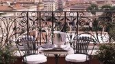 telha : A shot of a table and chairs, overlooking Rome Italy. Vídeos