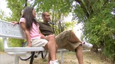 dcera : Shot of a couple talking on a park bench