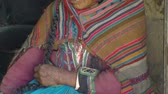 vállkendő : Close up shot of an old Peruvian woman in native dress