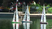 brinquedos : Three remote control sailboats on a pond in Central Park, New York City. Vídeos
