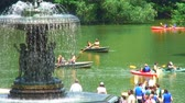 терраса : People rowing and paddling in boats in Central Park with the Bethesda Fountain in the foreground.