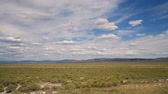 se movendo para cima : Wide timelapse of grassy plain and clouds