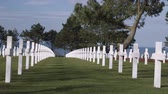 pedra tumular : Looking down a row of white crosses gravemarkers in the American cemetery in Norman France. Vídeos