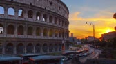 city : Time-lapse of the Colosseum and street traffic at sunset. Shot in Rome, Italy. Cropped. Stock Footage