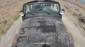 wydmy : High angle probe view of a jeep driving through a dirty landscape in Moab Utah. Wideo