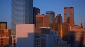 к северу : East-facing footage of the downtown skyline of Dallas during sunset. The sunset isnt visible. Filmed in Dallas, Texas.