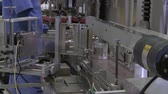 produtos químicos : Static shot of plastic containers on a conveyor belt with a worker checking the caps. Stock Footage