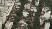 helicóptero : Footage of houses and streets crowded by a forest. Filmed from a helicopter above Rio de Janeiro, Brazil.