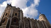 Лондон : Low-angle shot of tall, stone Tower of London with blue sky and time lapse clouds above tower. The White Tower. Стоковые видеозаписи