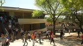 caminhada : San Antonio, Texas - April, 2014: Kids walking around campus after class was let out at a University.