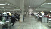 sítí : 360 degree pan of garment factory floor in operation, with view down aisles and various stations and unidentified workers Dostupné videozáznamy