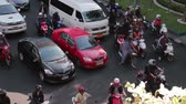 brasão : High angle Time Lapse view of Bangkok motorcycles and traffic with unidentified drivers stopping and starting at traffic light in Asian city