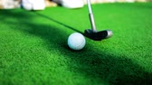 spor salonu : White golf ball on green grass in sunny day Stok Video