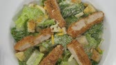 císař : Top view of chicken salad with croutons and cheddar cheese rotating on the white plate Dostupné videozáznamy
