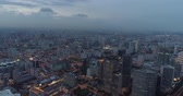 brožura : 4k aerial footage of Singapore skyscrapers with city skyline during cloudy evening Dostupné videozáznamy