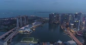 brochura : Aerial drone view of Singapore Marina Bay during cloudy evening, Singapore Stock Footage